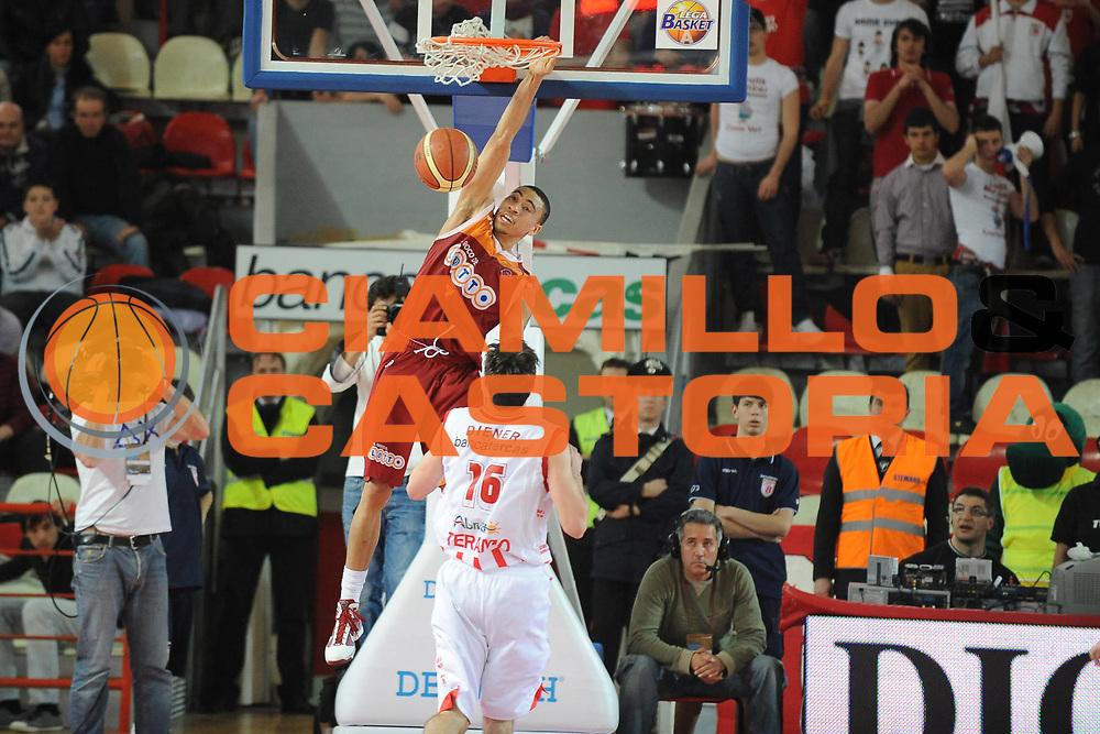 DESCRIZIONE : Teramo Lega A 2009-10 Bancatercas Teramo Lottomatica Virtus Roma<br />GIOCATORE : Ibrahim Jaaber<br />SQUADRA : Bancatercas Teramo Lottomatica Virtus Roma<br />EVENTO : Campionato Lega A 2009-2010<br />GARA : Bancatercas Teramo Lottomatica Virtus Roma<br />DATA : 11/04/2010<br />CATEGORIA : Schiacciata<br />SPORT : Pallacanestro<br />AUTORE : Agenzia Ciamillo-Castoria/GiulioCiamillo<br />Galleria : Lega Basket A 2009-2010 <br />Fotonotizia : Treviso Campionato Italiano Lega A 2009-2010 Bancatercas Teramo Lottomatica Virtus Roma<br />Predefinita :