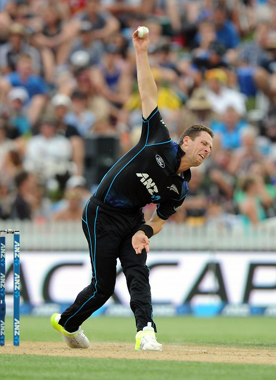 New Zealand's Matt Henry bowls against Australia in the 3nd One Day International Cricket match at Seddon Park, Hamilton, New Zealand, Monday, February 08, 2016. Credit:SNPA / Ross Setford