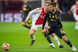 10-04-2019 NED: Champions League AFC Ajax - Juventus,  Amsterdam<br /> Round of 8, 1st leg / Ajax plays the first match 1-1 against Juventus during the UEFA Champions League first leg quarter-final football match / Rodrigo Bentancur #30 of Juventus, Frenkie de Jong #21 of Ajax