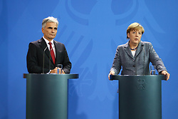 15.09.2015, Bundeskanzleramt, Berlin, GER, Flüchtlingskrise in der EU, Gipfeltreffen Deutschland und Oesterreich, im Bild Oesterreichs Bundeskanzler Werner Faymann (SPOe, li.) und Deutschlands Bundeskanzlerin Angela Merkel (CDU, re.) // attend a joint press conference following talks about the refugee crisis at the Bundeskanzleramt in Berlin, Germany on 2015/09/15. EXPA Pictures © 2015, PhotoCredit: EXPA/ Eibner-Pressefoto/ Hundt<br /> <br /> *****ATTENTION - OUT of GER*****