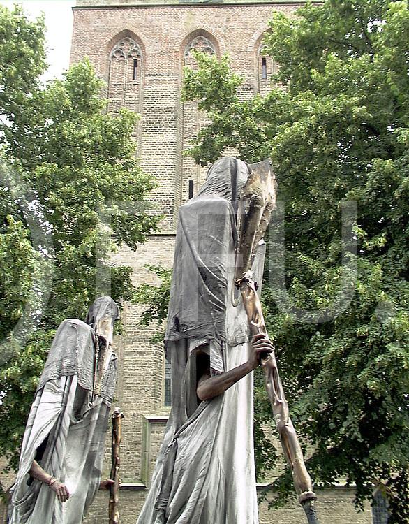 Fotografie Uijlenbroek©1999/Frank Uijlenbroek.990717 dalfsen ned.optreden straattheatergroep voor opening in synagoge.voor het optreden trok het gezelschap door het dorp langs de kerk in het centrum