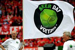 17-05-2009 VOETBAL: KNVB BEKERFINALE HEERENVEEN - TWENTE: ROTTERDAM <br /> Heerenveen wint de bekerfinale van Twente na strafschoppen / Meer dan Voetbal vlaggen line up<br /> &copy;2009-WWW.FOTOHOOGENDOORN.NL