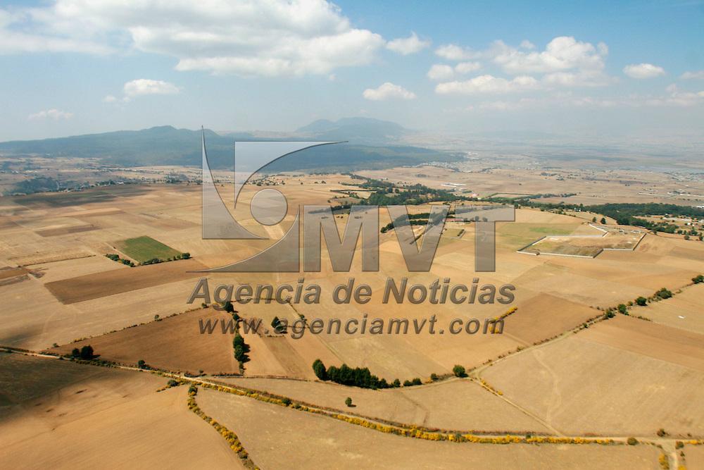 Toluca, Mex.- Campos de cutivo que alguna vez fuero explotados y que ahora se observan aridos en la region de Santiago Tianguistenco. Agencia MVT / Mario Vazquez de la Torre. (DIGITAL)<br /> <br /> <br /> <br /> <br /> <br /> <br /> <br /> NO ARCHIVAR - NO ARCHIVE