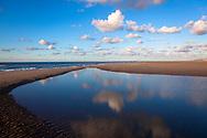 Europa, Niederlande, Zeeland, ein Priel am Strand von Oostkapelle auf Walcheren.<br /> <br /> Europe, Netherlands, Zeeland, a tidal flat channel at the beach in Oostkapelle on the peninsula Walcheren.