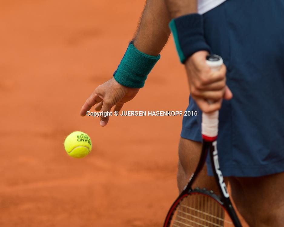 Fernando Verdasco (ESP)  wirft Ball nach unten beim Aufschlag,Nahaufnahme,Detail,<br /> <br /> Tennis - French Open 2016 - Grand Slam ITF / ATP / WTA -  Roland Garros - Paris -  - France  - 27 May 2016.