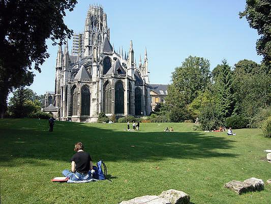 Frankrijk, Rouen, 6-9-2005..Park achter de Abbattiale saint-ouen, kerk met benedictijns klooster in het centrum. Toerisme, toeristen, normandie, vakwerkhuizen, middeleeuwse architectuur, architektuur, stadsgezicht. uitrusten..Foto: Flip Franssen/Hollandse Hoogte