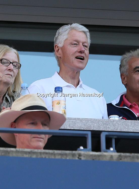 US Open 2013, USTA Billie Jean King National Tennis Center, Flushing Meadows, New York,<br /> ITF Grand Slam Tennis Tournament, ex Praesident Bill Clinton als Zuschauer in einer Sponsorenloge,Halbkoerper,Hochformat,Feature,