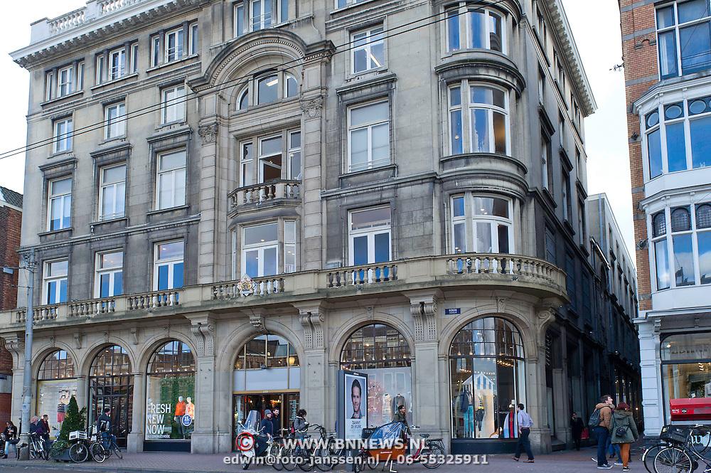 """De luxe warenhuizen van Maison de Bonneterie in Amsterdam en Den Haag gaan na 125 jaar hun deuren sluiten. Door de aanhoudende recessie is het economisch niet langer verantwoord om de winkels open te houden.<br /> Het eerste filiaal van Maison de Bonneterie werd in 1889 geopend aan de Kalverstraat in Amsterdam. Het tweede filiaal werd in 1913 geopend op de hoek van de Gravenstraat en het Buitenhof in Den Haag.<br /> Het bedrijf vraagt geen faillissement aan, dat wil de Maison de Bonneterie hiermee juist voorkomen, aldus de woordvoerder. Volgens het bedrijf is er """"niet voldoende zicht meer op economisch herstel"""" en is het door """"de te lang aanhoudende en buitengewoon hardnekkige recessie in de detailhandel economisch niet langer verantwoord de activiteiten voort te zetten"""". Foto: Maison de Bonneterie ingang Rokin."""