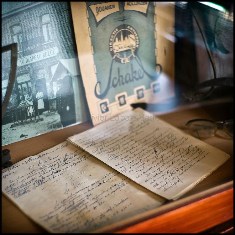 Le 23 octobre 2011, frontière Belgique / France, village de Poperinge (B), RN38. D'anciens cahiers remplis par les douaniers belges sont exposés dans une vitrine de l'ancien poste frontière belge de Poperinge transformé en bar-hôtel-musée.