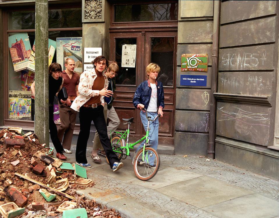 """©  christian  JUNGEBLODT.."""" SONNENALLEE """" - Film von Leander Hauflmann (Regie).und Thomas Brussig (Drehbuch) sowie Detlev Buck..Produktion: Boje + Buck, Berlin.Hier : die CLIQUE der Jugendlichen..."""