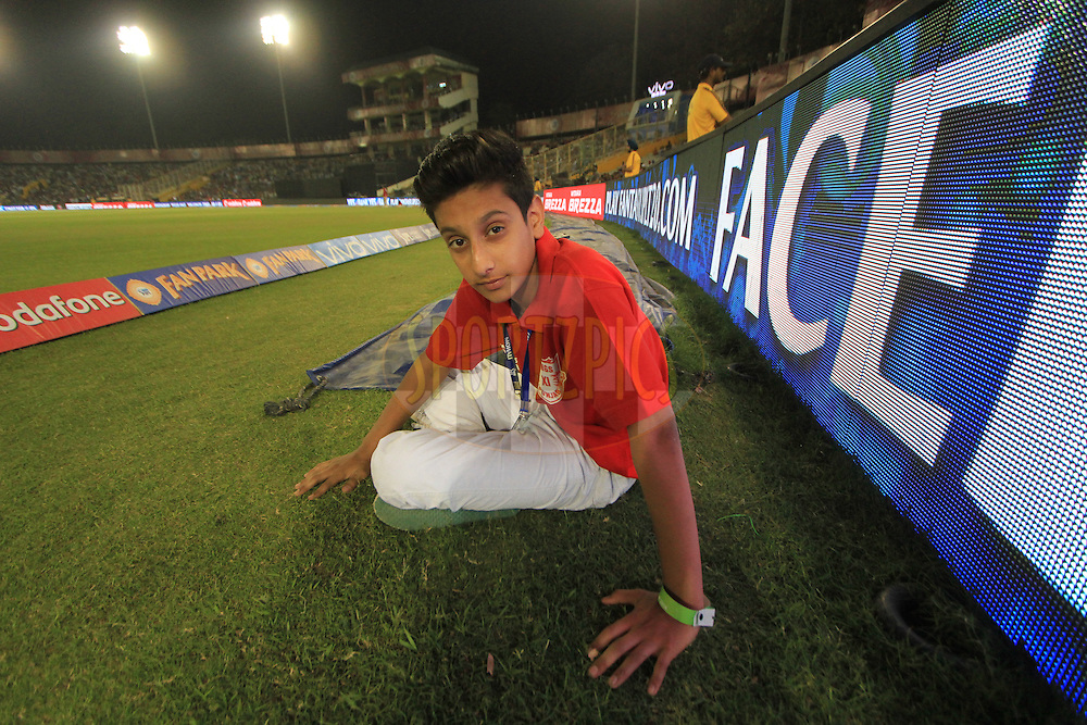Ball boy during match 39 of the Vivo Indian Premier League ( IPL ) 2016 between the Kings XI Punjab and the Royal Challengers Bangalore held at the IS Bindra Stadium, Mohali, India on the 9th May 2016<br /> <br /> Photo by Arjun Singh / IPL/ SPORTZPICS