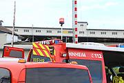 Mannheim. 29.07.17 | &Uuml;bung um M&uuml;hlauhafen<br /> M&uuml;hlauhafen. Rettungs&uuml;bung von Feuerwehr DLRG und ASB. Das Szenario: Ein Fahrgastschiff brennt und die Passagiere m&uuml;ssen gerettet werden. <br /> Auf der MS Oberrhein wird ge&uuml;bt. Dazu ankert das Schiff in der Fahrrinne des M&uuml;hlauhafens. Das Feuerl&ouml;schboot Metropolregion 1 kommt dazu.<br /> <br /> BILD- ID 0910 |<br /> Bild: Markus Prosswitz 29JUL17 / masterpress (Bild ist honorarpflichtig - No Model Release!)