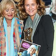 Uitreiking CosmoQueen Award 2015 aan Paulien Huizinga, Vivian Boelen  en Paulien Huizinga met haar CosmoQueen Award