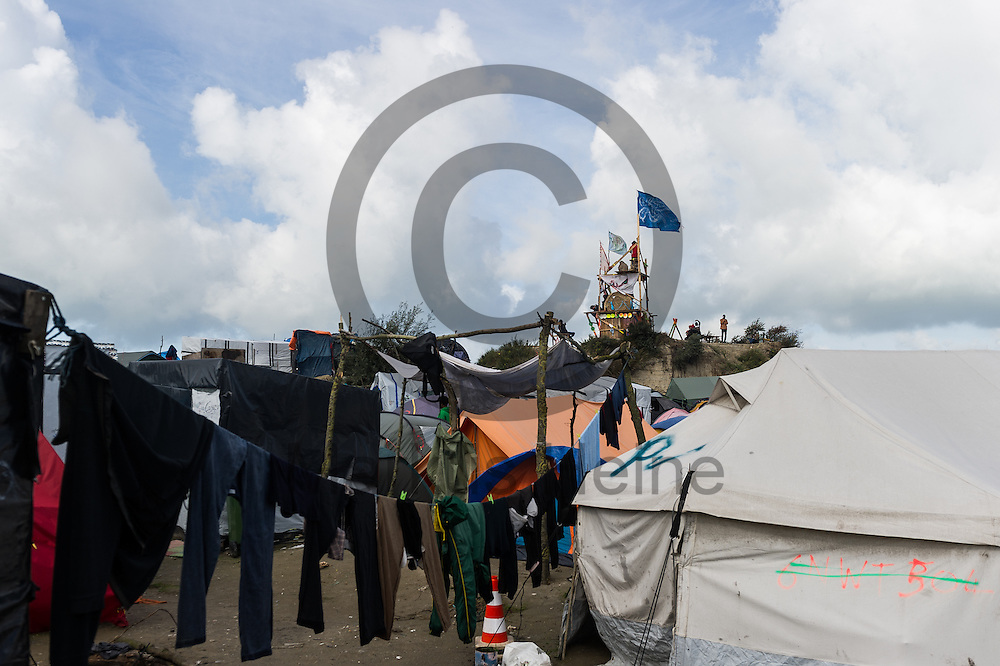 Calais, Frankreich - 17.10.2016<br /> W&auml;sche h&auml;ngt im Dschungel von Calais auf einer W&auml;scheleine. Das Fluechtlingscamp an der Kueste zum Aermelkanal soll laut franz&ouml;sischer Regierung in den n&auml;chsten Tagen geraeumt werden. In dem Camp leben um die 1000 Fluechtlinge und warten auf die Moeglichkeit zur Weiterreise durch den Eurotunnel nach Gro&szlig;britannien. Photo: Foto: Markus Heine / heineimaging<br /> <br /> Calais, France - 2016/10/17<br /> Laundry hangs in the Calais Jungle on a clothesline. The refugee camp on the coast to the English Channel is to be cleared in the next few days, according to the French government. In the camp live around the 1000 refugees and wait for the possibility to travel further through the Eurotunnel to the UK. Photo: Foto: Markus Heine / heineimaging<br /> <br /> ------------------------------<br /> <br /> Ver&ouml;ffentlichung nur mit Fotografennennung, sowie gegen Honorar und Belegexemplar.<br /> <br /> Bankverbindung:<br /> IBAN: DE65660908000004437497<br /> BIC CODE: GENODE61BBB<br /> Badische Beamten Bank Karlsruhe<br /> <br /> USt-IdNr: DE291853306<br /> <br /> Please note:<br /> All rights reserved! Don't publish without copyright!<br /> <br /> Stand: 10.2016<br /> <br /> ------------------------------