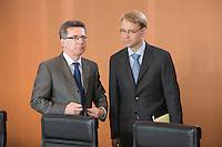 20 AUG 2008, BERLIN/GERMANY:<br /> Thomas De maiziere, CDU, Chef Bundeskanzleramt, und Jens Weidmann, Leiter der Wirtschaftsabteilung im Bundeskanzleramt, vor Beginn einer Kabinettsitzung, Kabinettsaal, Bundeskanzleramt<br /> IMAGE: 20080820-01-006<br /> KEYWORDS: Kabinett, Sitzung, Thomas de Maiziére