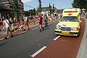 Nederland, Nijmegen, 19-7-2007Vierdaagse, een ambulance rijdt langs de lopers.Foto: Flip Franssen/Hollandse Hoogte