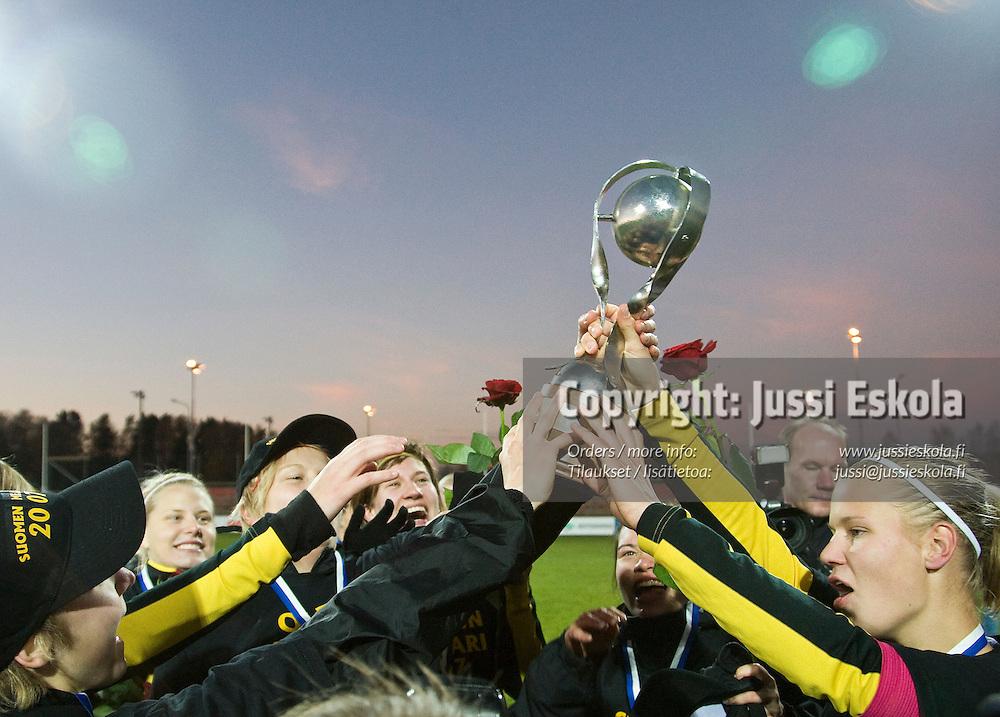 Honka juhlii Naisten Liigan mestaruutta. Honka - HJK, Naisten liiga 21.10.2007. Photo: Jussi Eskola