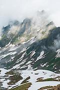 Bergwanderer uberqueren Schneefelden unterhalb die Grossen Sättelistock