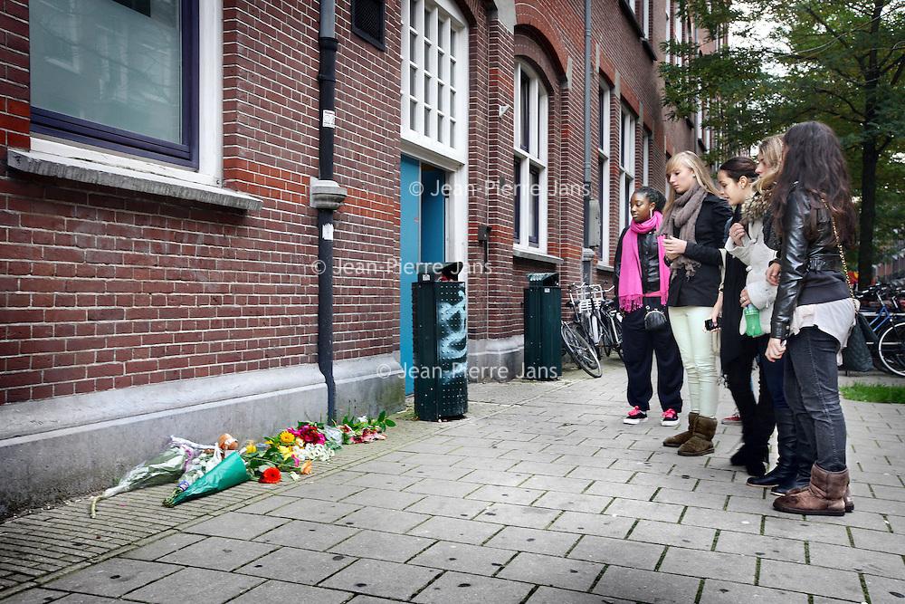 Nederland, Amsterdam , 4 oktober 2010..Leerlingen van dansschool Lucia Marthas in Zuid staan buiten voor de ingang stil bij een bosje bloemen die er zijn gelegd n.a.v. het dodelijk verkeersongeluk waarbij afgelopen vrijdag 3 medeleerlingen vande dansschool zijn omgekomen...Foto:Jean-Pierre Jans