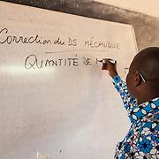 LÉGENDE: BTS génie civil 1ère année mécanique. Pendant la correction du devoir surveillé de mécanique et remises des copies aux étudiants. LIEU: CERFER, Lomé, Togo. PERSONNE(S): Godfray K N Kavege, professeur en génie civil 1ère année mécanique.
