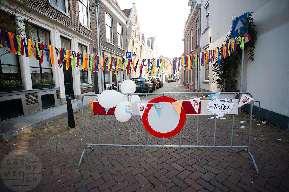 Een straat in Utrecht is afgezet vanwege een buurtfeest.<br /> <br /> A crush barrier is blocking a street for a party.