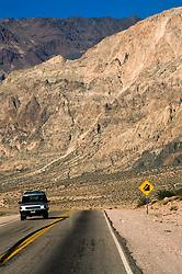 Estrada que liga Mendoza a Santiago do Chile./ Road that connects Mendoza (Argentina) and Santiago, Chile.