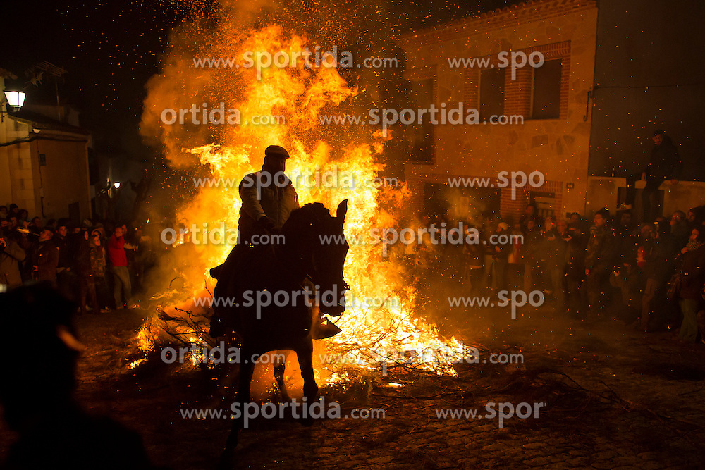 16.01.2016, Madrid, San Bartolome de Pinares, ESP, Las Luminarias de San Anton, im Bild am Vorabend des Sankt-Antonius-Festes (Las Luminarias de San Anton) treibt ein Mann sein Pferd durch das Feuer. Der heilige Antonius ist der Schutzpatron der Tiere // A horse man waits for the beginning of Las Luminarias celebration, as part of a ritual in honor of Saint Anthony the Abbot, the patron saint of domestic animals Madrid in San Bartolome de Pinares, Spain on 2016/01/16. EXPA Pictures &copy; 2016, PhotoCredit: EXPA/ Alterphotos/ Victor Blanco<br /> <br /> *****ATTENTION - OUT of ESP, SUI*****