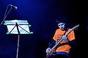 GUITARRISTA DE LA BANDA PERUANA DE ROCK PROGRESIVO LEUSEMIA DURANTE EL  CONCIERTO DE ATAQUE 77 EN PARQUE DE LIMA