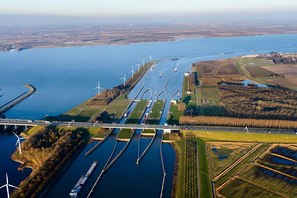 Nederland, Noord-Brabant, Willemstad, 07-02-2018; Volkeraksluizen, de schutsluizen met drie kolken en onder de brug van de A 29, de spuisluizen. <br /> De Volkeraksluizen - in de Volkerakdam - verbinden het Hollandsch Diep met het Volkerak en maken deel uit van de Deltawerken.<br /> Volkerak Locks, largest inland navigation locks in Europe, part of the Deltaworks.<br /> <br /> luchtfoto (toeslag op standard tarieven);<br /> aerial photo (additional fee required);<br /> copyright foto/photo Siebe Swart