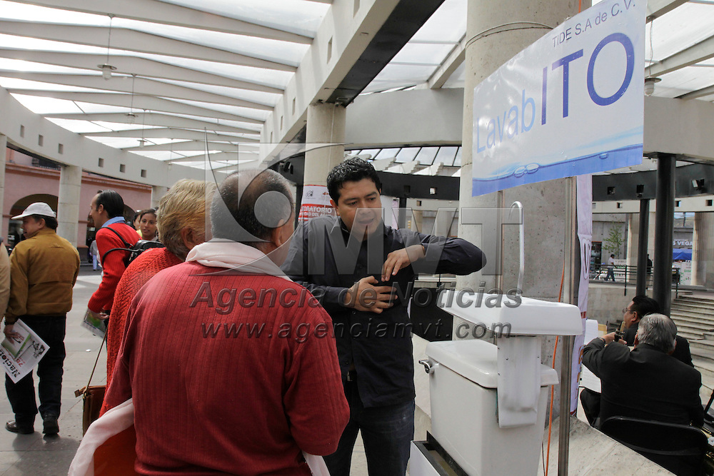Toluca, México.- Juan Mario Domínguez Alonso, director del Organismo de Agua y Saneamiento de Toluca, en el marco del Día Internacional del Agua inauguro una feria en donde se habla de la importancia del cuidado del agua y una muestra fotográfica de los inicios de este organismo.  Agencia MVT / Crisanta Espinosa