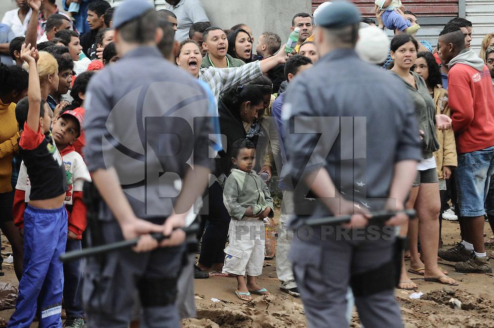 SAO PAULO., SP, 26 DE MARCO 2013 -A Policia Militar  cumpre uma reintegracao de posse no Jd Iguatemi no local chamado de Pinheirinho 2 na Av Bento Gelfi no local vivi aproximadamenete mais de 5 Mil pessoas. (FOTO: ADRIANO LIMA / BRAZIL PHOTO PRESS).