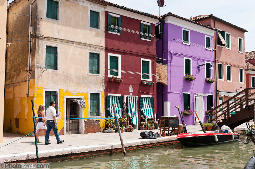 Burano island colorfully painted fishermen 39 s houses for Classic italian house