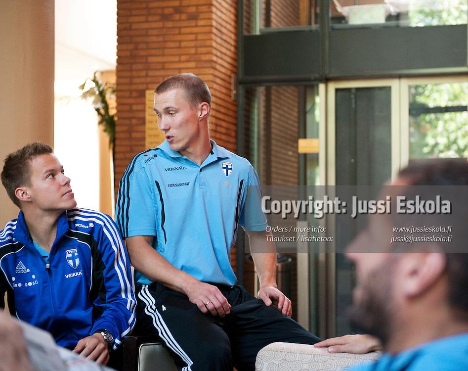 Niklas Moisander (vas) ja Otto Fredrikson A-maajoukkueen hotellilla, Rotterdam, Hollanti 6.9.2010. Photo: Jussi Eskola