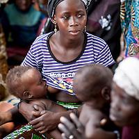 11/10/2012. Village de Kada, commune de Gangara, departement de Tanout. Niger.  Femme allaitante.  Crédits: CRF/Sylvain Cherkaoui