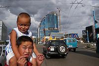 Mongolie. Oulaan Bator. Traverser la rue dans le centre ville. // Mongolia. Ulaan Bator. Crossing street in the city center.