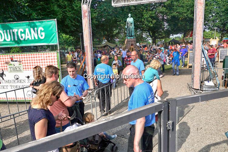 Nederland, Nijmegen, 11-6-2016Smaakmarkt Trek in het hunnerpark. Grote toeloop van publiek voor de vele foodtrucks waar eten en drinken verkrijgbaar is. aan de ingang wordt door security, beveiligers, de inhoud van de tassen gecontroleerd op verboden zaken .Foto: Flip Franssen