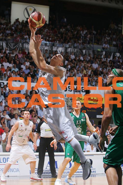 DESCRIZIONE : Bologna Lega A1 2006-07 Playoff Finale Gara 2 VidiVici Virtus Bologna Montepaschi Siena <br /> GIOCATORE : Fabio Di Bella <br /> SQUADRA : VidiVici Virtus Bologna <br /> EVENTO : Campionato Lega A1 2006-2007 Playoff Finale Gara 2 <br /> GARA : VidiVici Virtus Bologna Montepaschi Siena <br /> DATA : 15/06/2007 <br /> CATEGORIA : Tiro <br /> SPORT : Pallacanestro <br /> AUTORE : Agenzia Ciamillo-Castoria/S.Silvestri