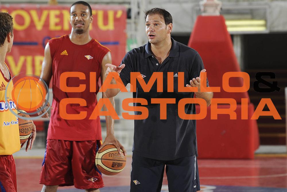 DESCRIZIONE : Roma Lega A 2009-10 Basket Lottomatica Virtus Roma Visite mediche e primo raduno<br /> GIOCATORE : Kennedy Winston Nando Gentile<br /> SQUADRA : Lottomatica Virtus Roma<br /> EVENTO : Campionato Lega A 2009-2010 <br /> GARA : <br /> DATA : 24/08/2009<br /> CATEGORIA : Ritratto Presentazione Allenamento<br /> SPORT : Pallacanestro <br /> AUTORE : Agenzia Ciamillo-Castoria/G.Ciamillo