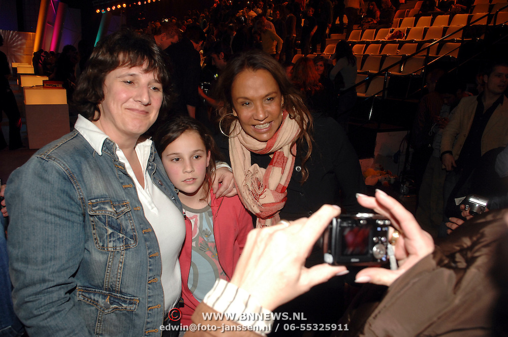 NLD/Hilversum/20070309 - 9e Live uitzending SBS Sterrendansen op het IJs 2007, Patty Brard en dochter plastisch chirurg