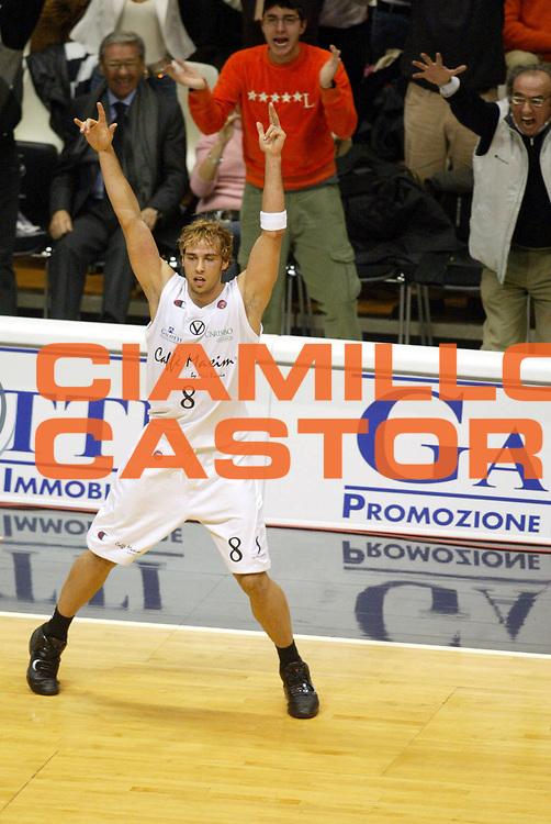 DESCRIZIONE : Bologna Lega A1 2005-06 Caffe Maxim Virtus Bologna Mens Sana Montepaschi Siena <br /> GIOCATORE : English <br /> SQUADRA : Caffe Maxim Virtus Bologna <br /> EVENTO : Campionato Lega A1 2005-2006 <br /> GARA : Caffe Maxim Virtus Bologna Mens Sana Montepaschi Siena <br /> DATA : 13/11/2005 <br /> CATEGORIA : Esultanza <br /> SPORT : Pallacanestro <br /> AUTORE : Agenzia Ciamillo-Castoria/G.Ciamillo