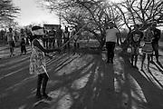A comunidade Matalotagem dos Borges fica no munic&iacute;pio de Flores, no Sert&atilde;o do Page&uacute;, em Pernambuco. Vivem aqui cerca de seis fam&iacute;lias de trabalhadores rurais, todos da linhagem &lsquo;Borges&rsquo;, o que explica o nome da comunidade. O rio Page&uacute; que corta a comunidade est&aacute; seco h&aacute; cerca de 5 anos. H&aacute; alguns anos os moradores vem sofrendo com a enorme seca que abateu todo o semi&aacute;rido nordestino. Nesta comunidade, iniciativas de planta&ccedil;&atilde;o com sementes crioulas em Sistema Agroflorestais (SAFs) tem sido implantadas com o aux&iacute;lio do Centro Sabi&aacute;, mas por conta da grave seca que abate o local, as &uacute;ltimas planta&ccedil;&otilde;es se perderam. As mangueiras foram a &uacute;nica coisa que sobraram vivas, conforme os moradores.  <br /> Jovens crian&ccedil;as e adultos da comunidade Matalotagem dos Borges brincando de Quebra Panela, brincadeira tradicional no sert&atilde;o do Page&uacute;, que consiste em quebrar com uma paulada <br /> A panela de barro cheia de balas e doces. A tentativa &eacute; feita com os olhos vendados e o participante &eacute; rodado at&eacute; ficar levemente tonto. Os demais v&atilde;o orientando suas descoordenadas passadas na dire&ccedil;&atilde;o da panela. Quando a paulada acerta e consegue quebrar a panela todos correr para pegar as balas e doces.