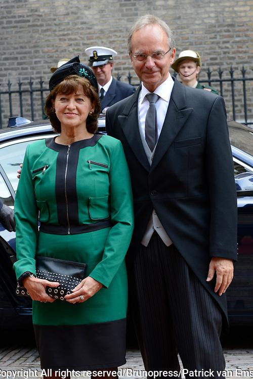 Prinsjesdag 2013 - Aankomst Parlementari&euml;rs bij de Ridderzaal op het Binnenhof.<br /> <br /> Op de foto:  Henk Kamp - Minister van Economische Zaken en partner
