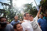 El candidato opositor, Henrique Capriles Radonski camina junto a sus simpatizantes a su centro de votación durante las elecciones presidenciales realizadas en Caracas, Venezuela. 7 Oct. 2012. (Foto/ivan gonzalez)