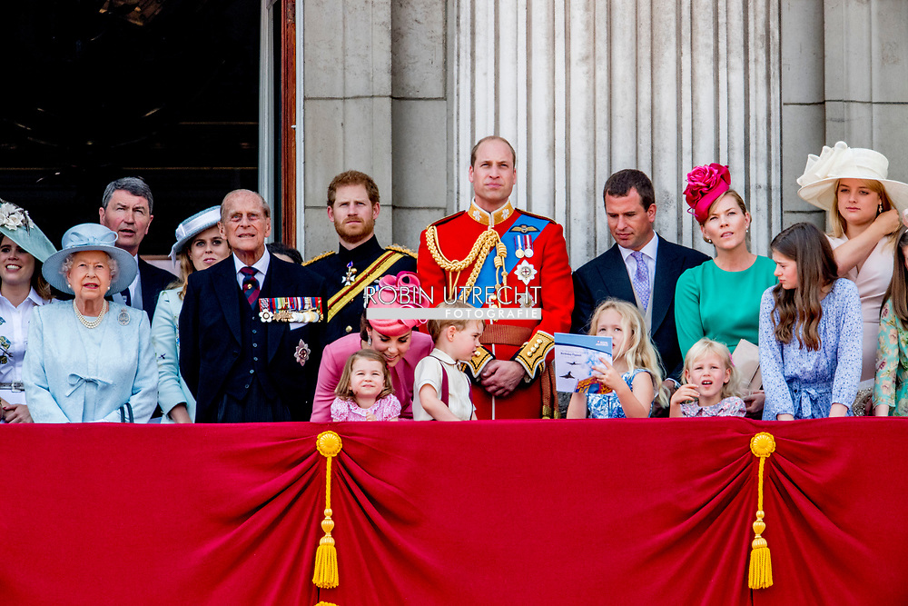 17-6-2017 LONDON British Royal Family at Trooping the Colour Queen Elizabeth, The Prince of Wales Charles, The Duchess of Cornwall Camilla, The Duke and Duchess of Cambridge, Prince George, Princess Charlotte , Prince Andrew and Princess Anne in London, United Kingdom, trooping the colour , The annual trooping the color is to honor the Queens official birthday. Queen Elizabeth, Prince Philip the Duke of Edinburgh, Charles The Prince of Wales and the Camilla Duchess of Cornwall, William and Kate The Duke and Duchess of Cambridge, Prince Harry, Princess Anne Princess Royal and Timothy Lauwrence, Prince Andrew the Duke of York, Prince Edward and Princess Sophie The Earl and Countess of Wessex, Princess Beatrice and Princess Eugenie koets ciarrage ride balkon see elizabeth charles camilla george willliam kate COPYRIGHT ROBIN UTRECHT LONDEN - (VLNR) Camilla, prins Charles, Catherine, Charlotte, George, Prins William, koningin Elizabeth en prins Philip op het balkon tijdens de militaire parade voor Koninginnedag en de viering van de 91ste verjaardag van de Britse vorstin.