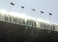 Fotball<br /> FA-cup 2005<br /> Newcastle v Chelsea<br /> 20. februar 2004<br /> Foto: Digitalsport<br /> NORWAY ONLY<br /> Heavy snow fell during the match at Newcastle's St. James' Park stadium.