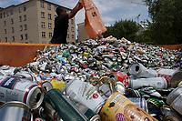 13 JUL 2001, BERLIN/GERMANY:<br /> Dosensammelstelle der Deutschen Umwelthilfe gegenueber dem Bundesrat<br /> IMAGE: 20010713-01-017<br /> KEYWORDS: Dosen, Blechdosen, Muell, Müll, Getränkedosen, Getraenkedosen, Wiederverwertung, Wertsoff