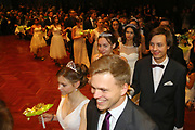 Ludwigshafen. 02.12.17 | <br /> Pfalzbau. Gala-Ball von Tanz-Art Formacon. Wiener Opernballeröffnung unserer Debütanten, ca. 60 Jugendpaare ziehen in den festlich Ballsaal ein und vertanzen 3 Touren der Francaise. Passend zum Wiener Opernballthema alle Damen mit hellen Kleidern und Diadem im Haar, alle Herren mit weissen Handschuhen. <br /> Bild: Markus Prosswitz 02DEC17 / masterpress (Bild ist honorarpflichtig - No Model Release!) <br /> BILD- ID 03415 |