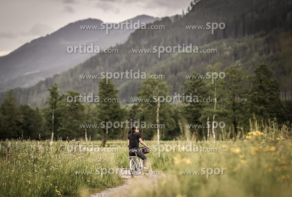 THEMENBILD - eine Frau steht mit ihrem Fahrrad auf einem Feldweg, aufgenommen am 10. Juni 2019 in Kaprun, Österreich // a woman stands with her bicycle on a dirt road, Kaprun, Austria on 2019/06/10. EXPA Pictures © 2019, PhotoCredit: EXPA/ JFK