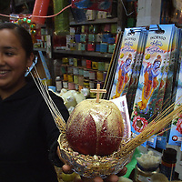 Toluca, M&eacute;x.- Para recibir el a&ntilde;o nuevo muchas personas acuden a la zona de tiendas esotericas del mercado 16 de septiembre buscando limpias, amuletos y recetas milagrosas para la buena suerte, fortuna y amor que solo hacen efecto segun &quot;To&ntilde;ita&quot; con un minimo de fe. Agencia MVT / Mario Vazquez de la Torre. (DIGITAL)<br /> <br /> NO ARCHIVAR - NO ARCHIVE