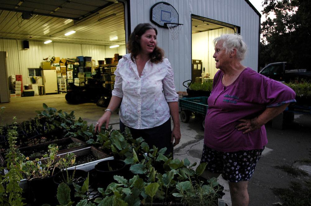 DANJO FARMS, une voisine vient régulièrement aider les Nelson pour la récolte quotidienne du potager en échange de quelques légumes.